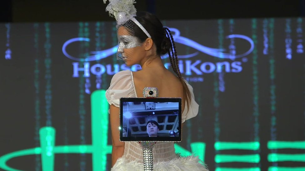 london+fashion+week+2018%3a+robots+take+over+the+runway